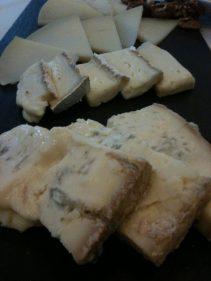 Tabla de quesos, nuestro mejor postre en el Gran Hotel Puente Colgante (foto: Cuchillo)
