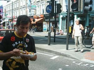 Early 2000, Noodles con langostinos jumbo y verduras. Observesé el pelazo del colega