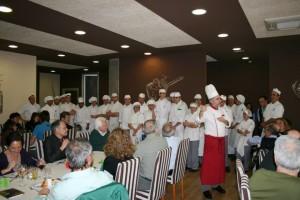 Jaime Llano Díaz y los alumnos cocineros son ovacionados , foto Escuela Hostelería de Leioa