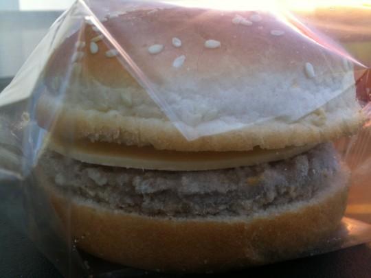 Frozen; cheeseburger Carrefour, en su plástico original (foto: Cuchillo)