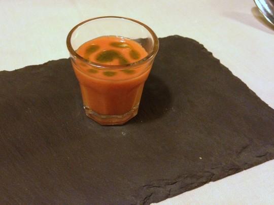 Gazpacho de fresas y cardamomo, en Etxanobe (foto: María Mora)