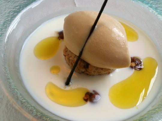 Sopa de queso de cabra y helado de miel, en Auga (foto: Cuchillo)