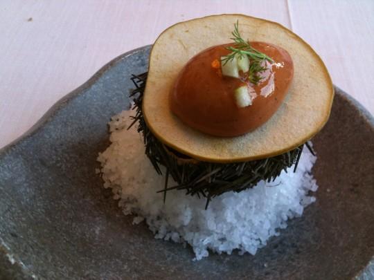 Oricio con manzana, en Auga (foto: Cuchillo)