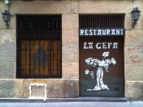 La Cepa y su fachada, con la persiana echada (foto: Igor Cubillo)