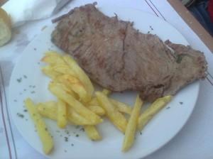 Filete con patatas de Bar Larra (foto: OCE)