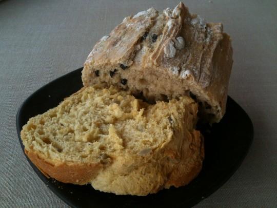 Pan de maíz y de aceituna negra, en La Salgar (foto: Cuchillo)