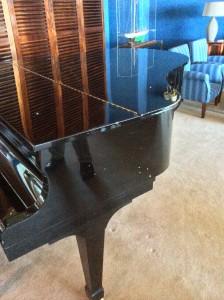 el piano de cola restaurado con los restos de metralla incrustados