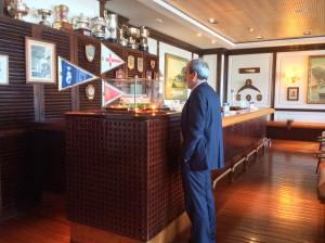 Un gentleman correctamente vestido para la ocasión en el british bar