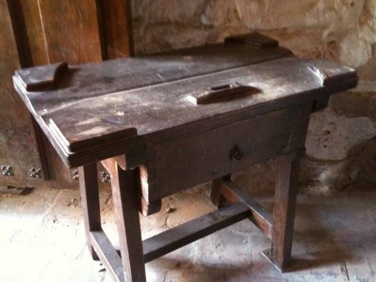 Antigua (muy antigua) mesa para la venta de vino (foto: Cuchillo)