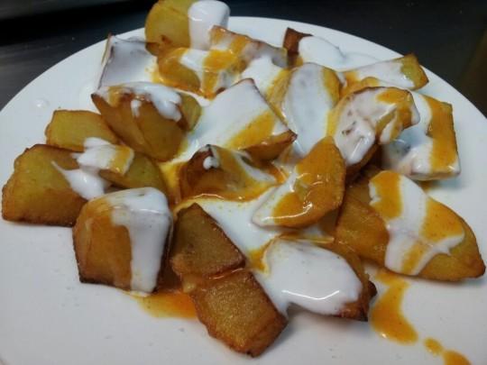 Dos de patatas bravas, en el Bar Texas (foto: Cuchillo)