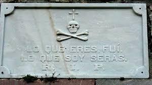"""""""Lo que eres fui, lo que soy serás"""". Epitafio en la entrada al cementerio de Cué, Llanes."""