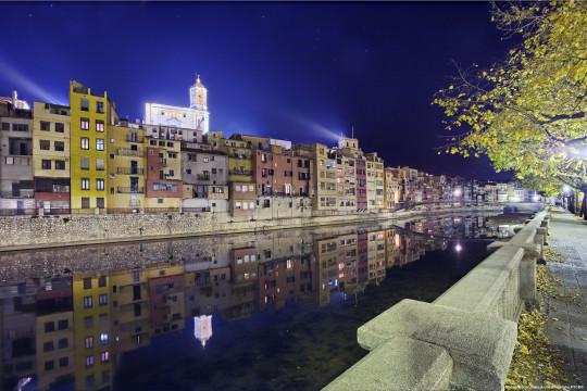 La catedral iluminada, sobre el río Onyar (foto: Oscar-Vall-_-Archivo-Imagenes-PTCBG)
