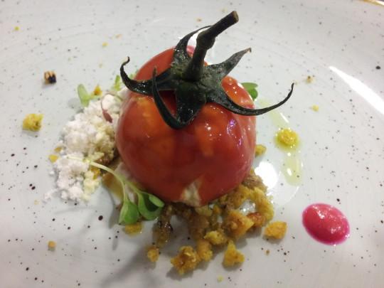 Falso tomate relleno de huevas de atún y allioli de pera (foto: Cuchillo)