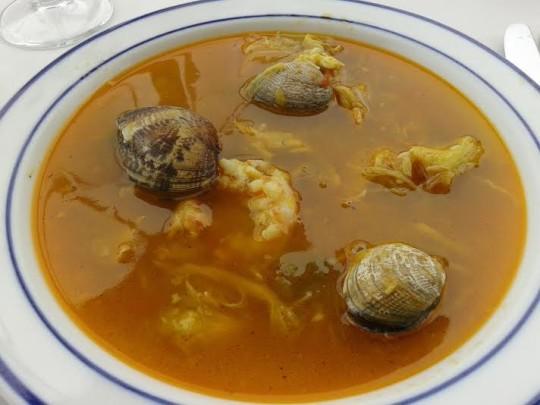 Sopa de pescado y marisco.