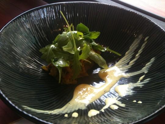 Tapa de ensalada de berenjena, yogur y curry -4,50€-, en Kimtxu (foto: Cuchillo)