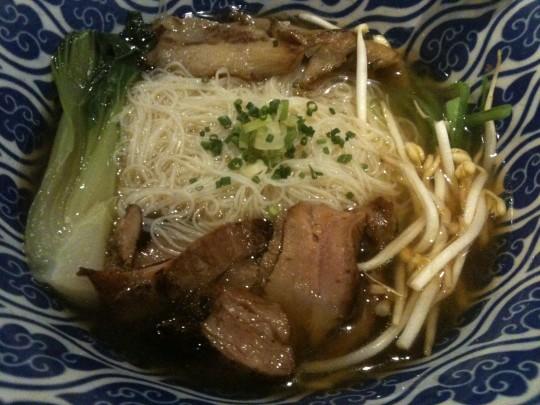 Pho vietnamita, solomillo de cerdo, fideos de arroz y más cosas en una propuesta del menú de Kimtxu (foto: Cuchillo)