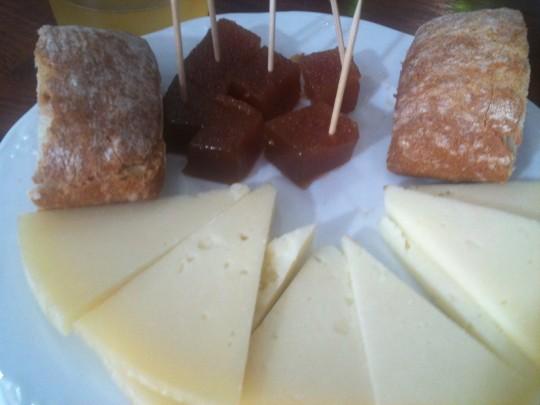 Queso con dulce de manzana, en Sagardo Azoka (foto: Cuchillo)