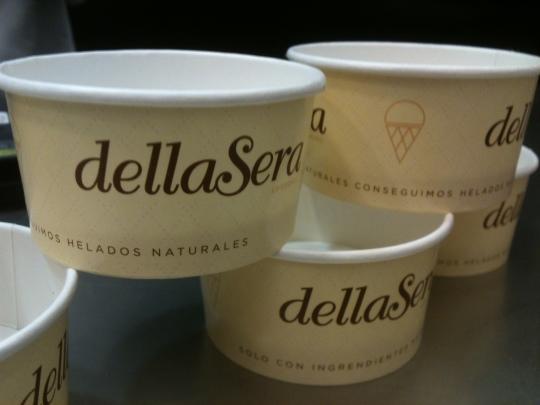 Tarrinas de heladería dellaSera, listas para ser llenadas (foto: Cuchillo)