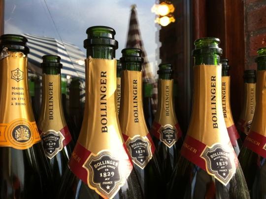 No hemos quedado cortos con el champagne, en Güeyy Mar (foto: Cuchillo)