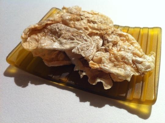 Texturas de cultura, bocadillo de kokotxas aliñadas, en Mugaritz (foto: Cuchillo)