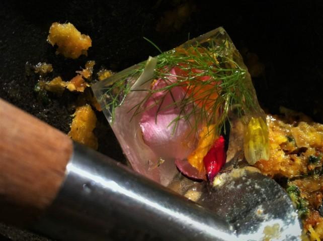 Creando vínculos... unto de torreznos y azafrán, pan de maíz, en Mugaritz (foto: Cuchillo)