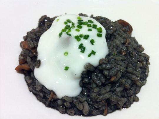 Pincho de arroz negro con allioli, en Zazpi (foto: Cuchillo)