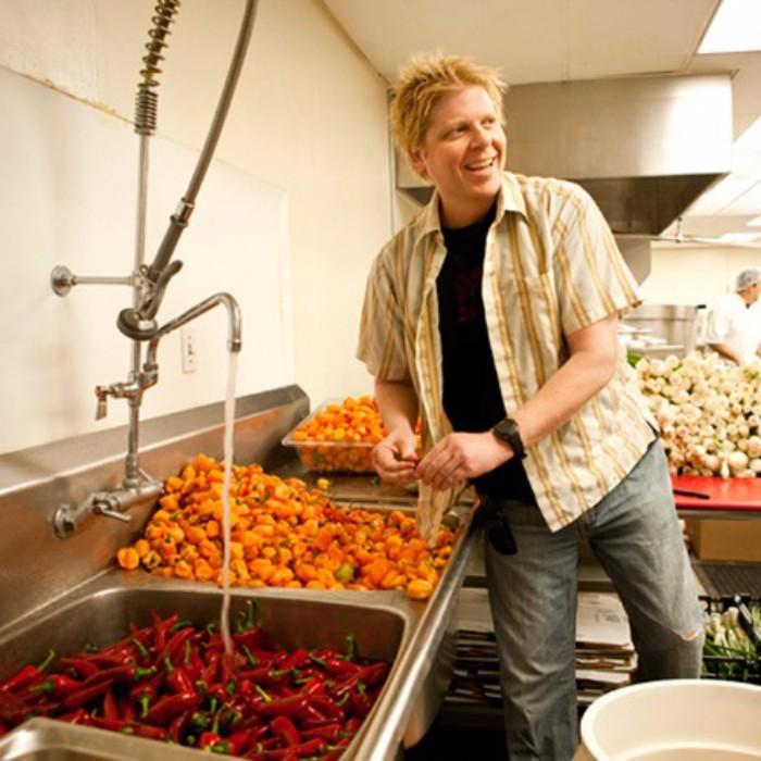 Dexter Holland hace como que limpia pimientos en esta foto tomada prestada de Main & PCH.