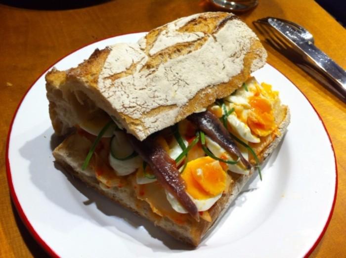 Bocata de kimchi, ensalada de huevo, anchoas y kow choy, en The Loaf (f: Cuchillo)