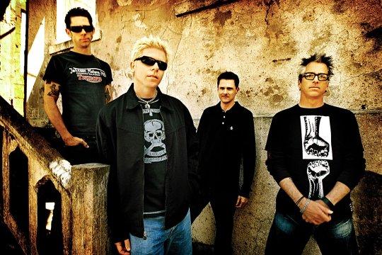 Dexter Holland haciéndose el chulito al frente de su banda, The Offspring.