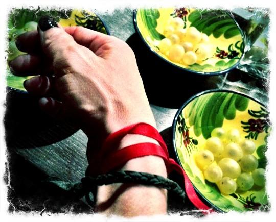 Lazo rojo y una uva por cada campanada; feliz año nuevo (foto: Uve)