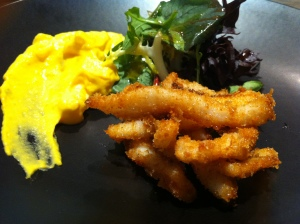 Calamares crujientes y ensaladilla (foto: Cuchillo)