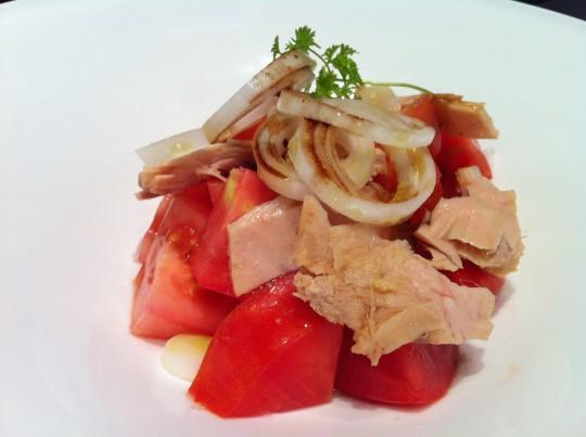 Tomate, bonito y cebolleta; sencillez en Agorregi (foto: Cuchillo)