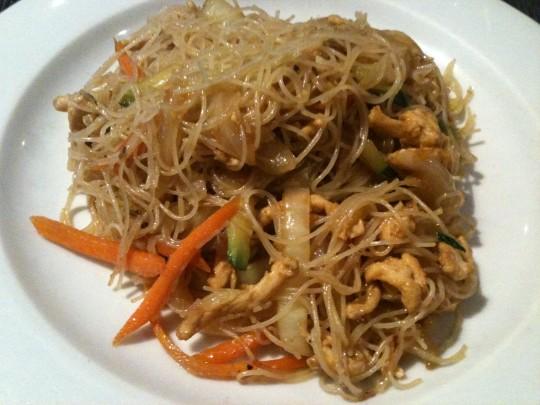 Fideos de arroz con pollo, en restaurante Hanoi (foto: Cuchillo)