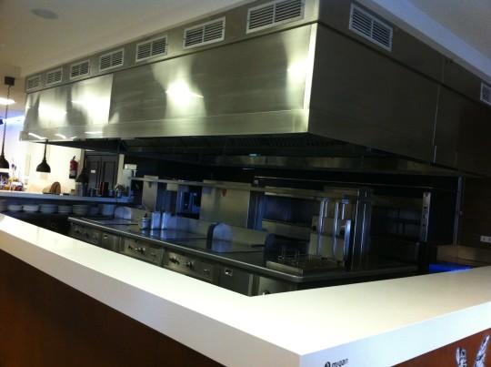 Cocina vista y limpia, en Marisquería Ipar Itsaso (foto: Cuchillo)