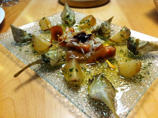Alcachofas y cebollas confitadas, en Danontzat Gastroteka (foto: Uve)