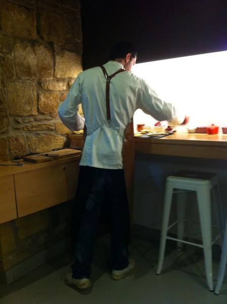 El maestro quesero, en la esquina donde prepara las ricas tablas de Danontzat Gastroteka (foto: Uve)