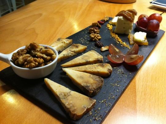 Tabla de dos quesos, sabrosa y vistosa, en Danontzat Gastroteka (foto: Uve)