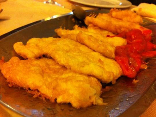 Fuente con merluza albardada y pimientos, en Miren Itziar (foto: Cuchillo)