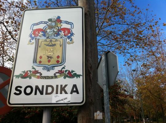 Saliendo de El Txakoli a la izquierda, Sondika (foto: Cuchillo)