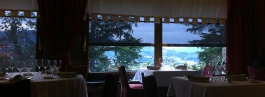 En esta imagen se intuye la vista despejada del comedor principal de El Txakoli (foto: Cuchillo)