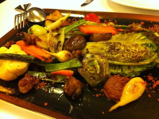 Verduras a la parrilla con mollejas de ternera salteadas (foto: Cuchillo)
