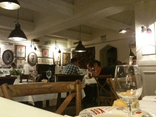 Un vistazo al blanco comedor subterráneo del restaurante Deustoarrak (foto: Cuchillo)