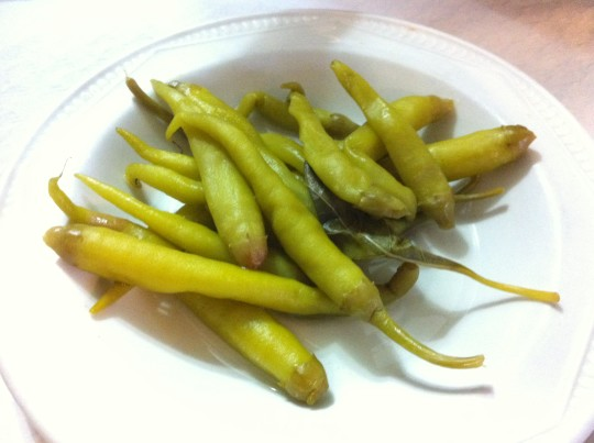 Unas piparrak (guindillas), para las alubias (foto: Cuchillo)