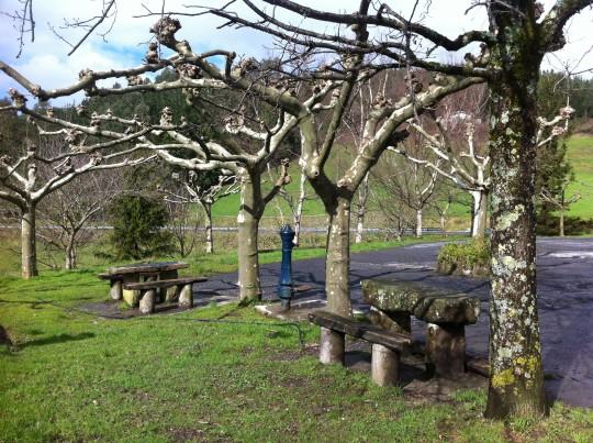 También te puedes sentar y beber agua de la fuente junto al aparcamiento de Urrutxuko Erretegia (f: Cuchillo)