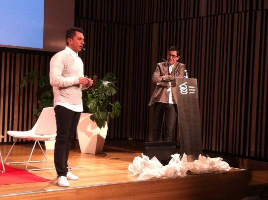 Joxe Mari Aizega, director del BCC, sigue con atención la intervención de Edgar Núñez (foto: Cuchillo)
