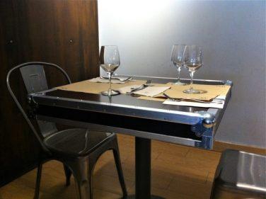 La tapa de la mesa, como la de una flight case, en Satélite T (foto: Cuchillo)