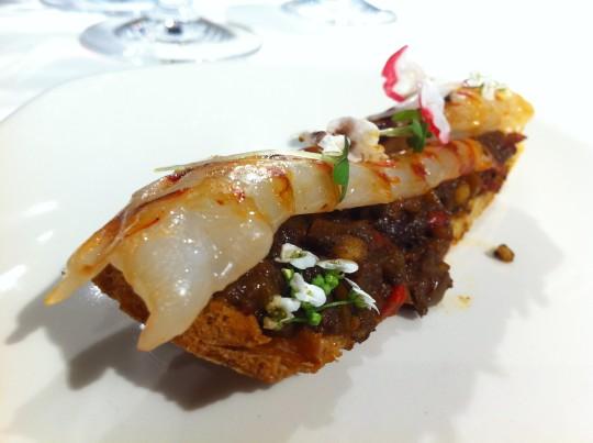 Pan de coca, langostino ahumado, boloñesa de mar, morcilla y aceituna, por Ernesto Rodríguez (foto: Cuchillo)