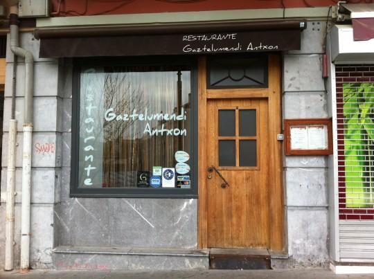 Discreta entrada, la del restaurante Gaztelumendi-Antxon (foto: Cuchillo)