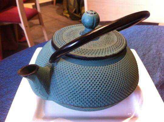 Esta tetera contenía el caldo dashi de la sopa de pescado, en Gaztelumendi-Antxon (foto: Cuchillo)