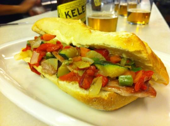 El bocata de jamón y verduras a la brasa, de Bodega Donostiarra (foto: Cuchillo)